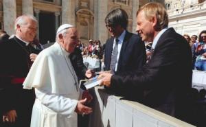 overhandiging-christelijke-dogmatiek-aan-paus-500px_tcm60-360976